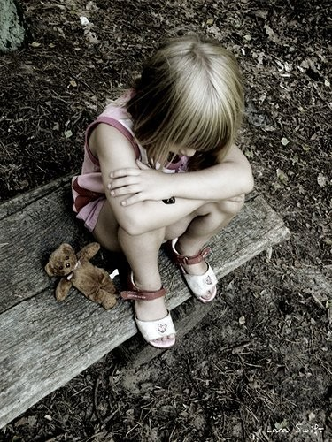 child,sad,alon,art,composition,photography-ae2ed9cb5658d029a80e515b792027da_h